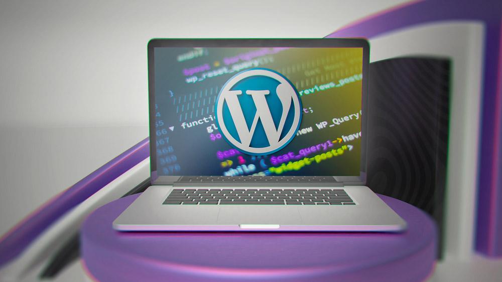Laptop, auf dem Codes zu sehen sind; davor WordPress-Logo